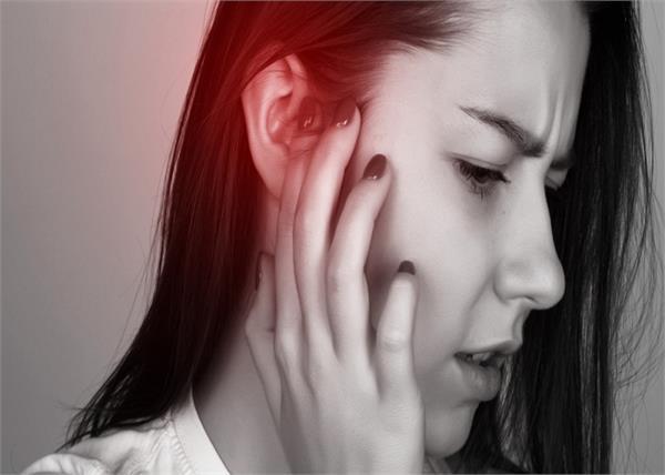 बहरा बना सकता है कान का दर्द, लक्षण जानकर यूं करें बचाब