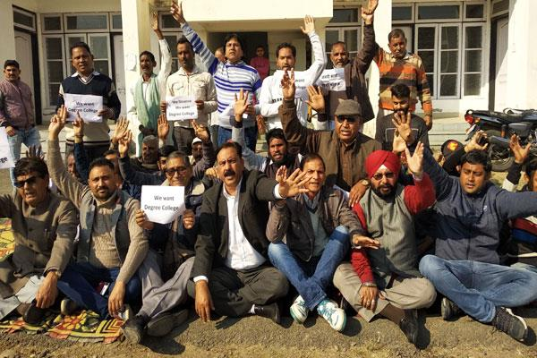 protest in demand of degree college at nagri kathua