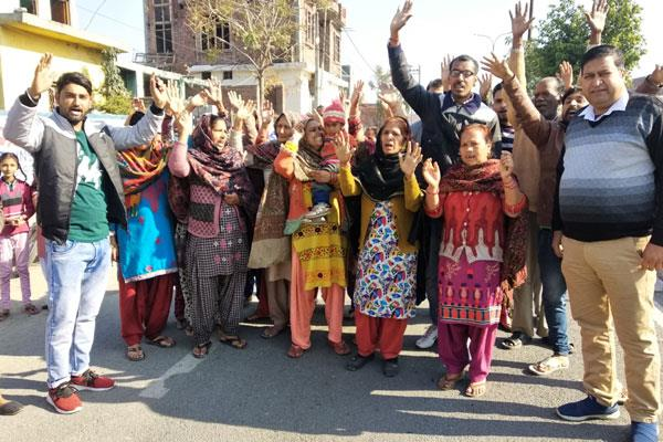 protest in kathua against water scaricity