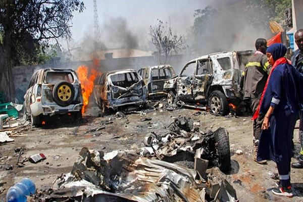 car bomb explodes in somalia 2 killed 5 wounded