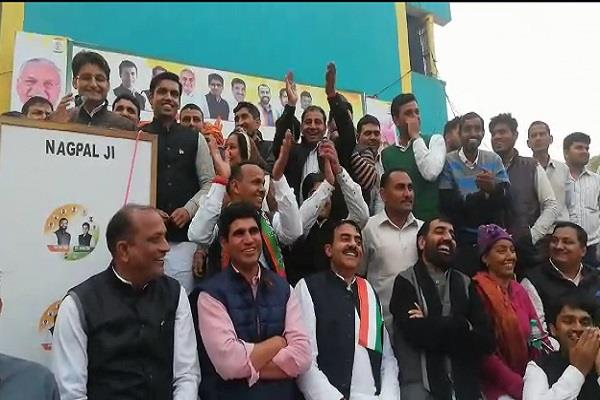 mp dipendra hooda who arrived at the kosli and manithi dams accused