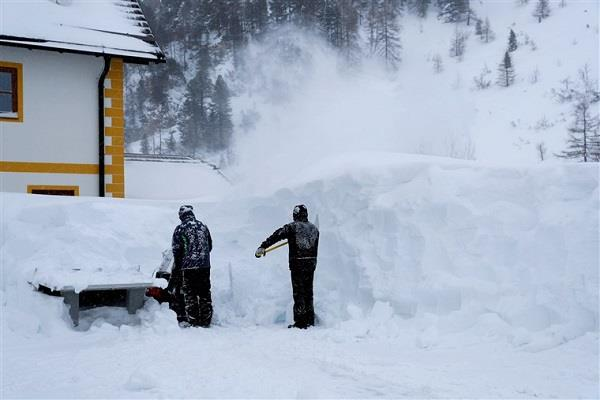 3 skiers die in avalanches another missing