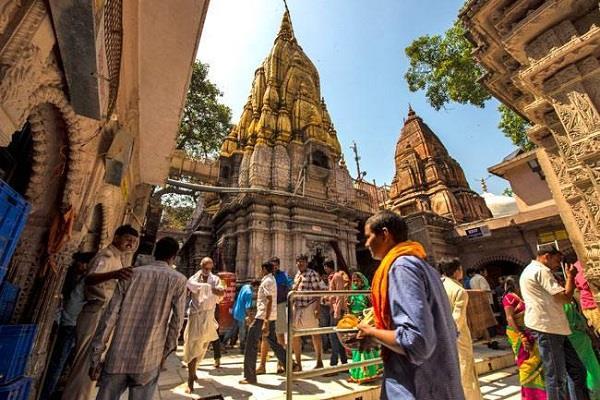 devotees in vishwanath temple