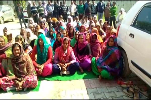 family of kidnapped person protested in front of minister office