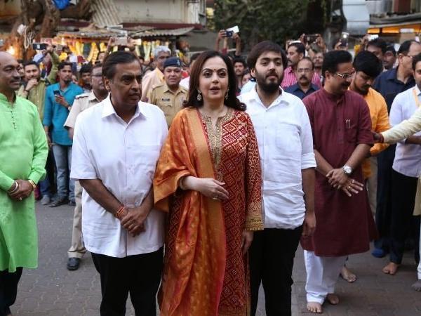 siddhi vinayak mukesh nita ambani arrive first card of marriage