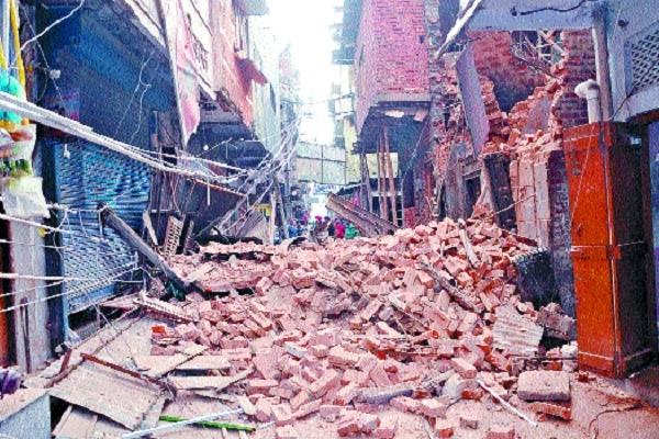 shabby building collapse with cracks cracks in adjoining houses