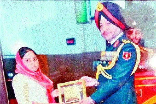 shaheed pratap singh s wife got army medal award