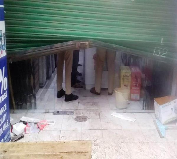 robbery at electronic showroom