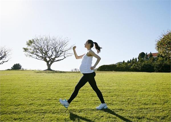स्ट्रेस फ्री प्रेग्नेंसी के लिए जरूरी है 30 मिनट टहलना, जानें अन्य फायदे