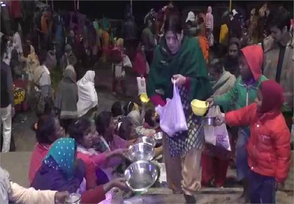 mouni amavasya devotees are doing charity