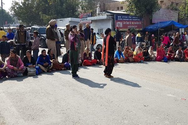 nurse protest in front of guru nanak dev hospital