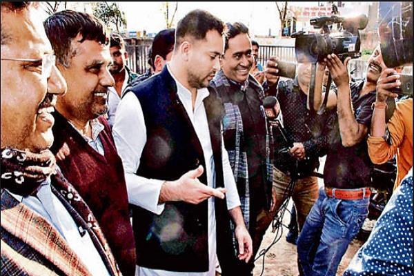 tejashwi yadav and former minister bandu tirki meet with lalu in rims