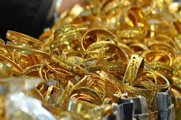 gold futures up by rs 820 silver by rs 1 550