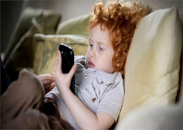 ALERT: स्मार्टफोन के इस्तेमाल से आपके बच्चे को घेर सकती है ये प्रॉब्लम्स