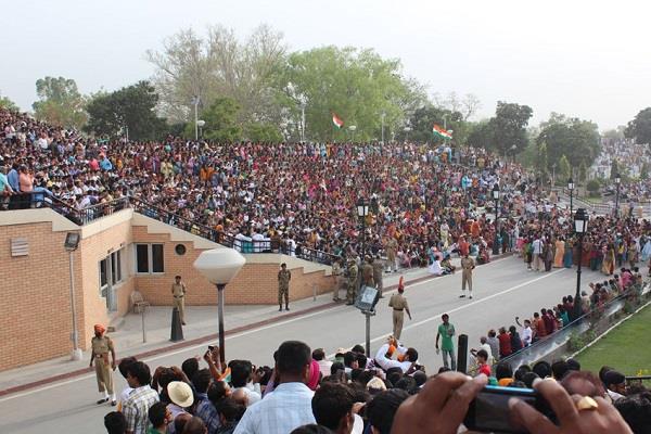indians enthusiasm on the border fly away pakistanis senses