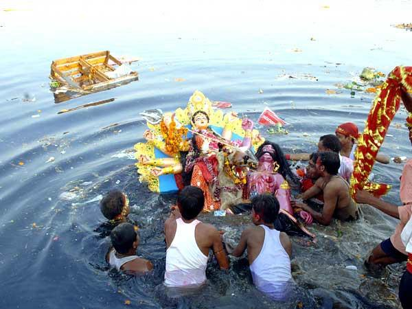 yamuna water becoming poisonous from murti visarjan