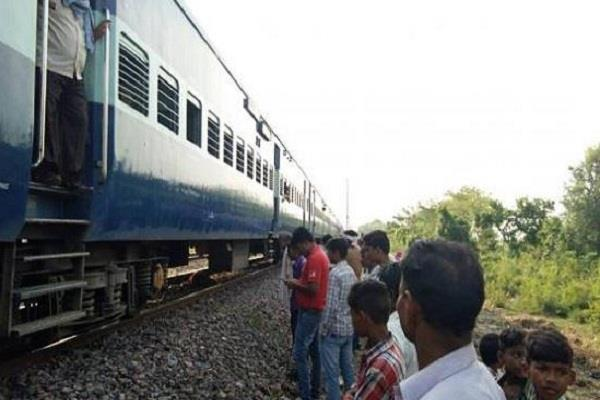 2 girls committed suicide by jumping in front of train
