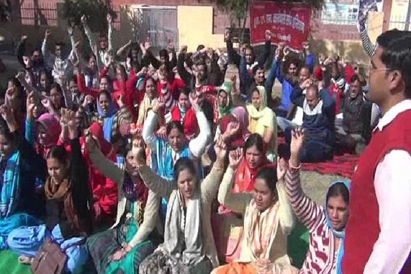 strike of nhm employees threatens government