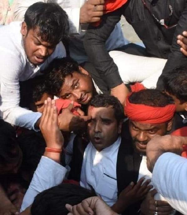 yogi s effigy flogged police lathicharge dharmendra yadav injured