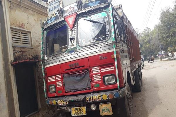418 bags illegal liquor recovered driver absconded taking advantage dark