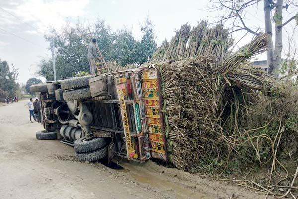 truck full loaded of sugarcane overtruned on indora badukhar road