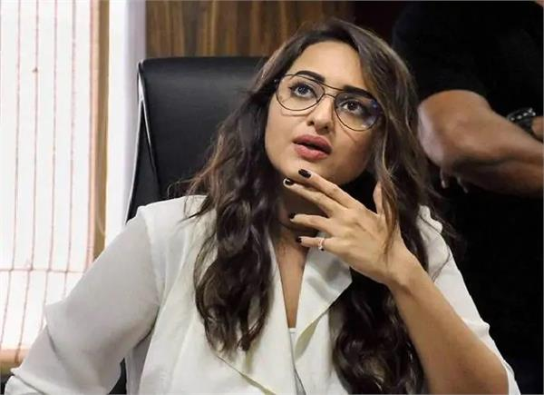 cine star sonakshi sinha releif in fraud case