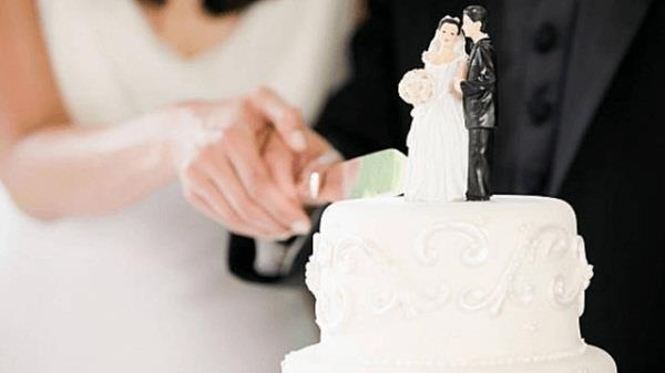 bride furious as wedding guest asks for gift back 3 months later