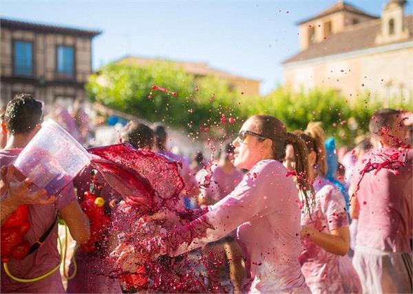 OMG! रंगों से नहीं, यहां Red Wine से खेली जाती है होली