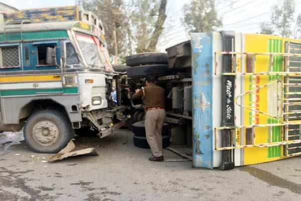 bus overtured by collision of tipper 6 injured