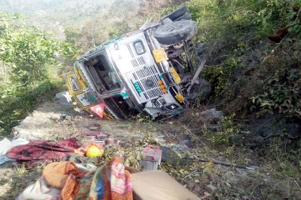 truck fall into 50 feet ditch