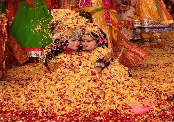 Holi Special: रंगों ही नहीं, फूलों व लाठियों से ब्रज में खेली जाती है अनूठी होली