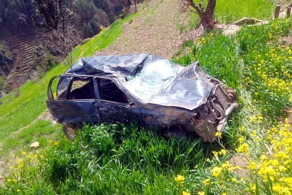 car fall into 200 meter deep ditch death of woman 5 injured