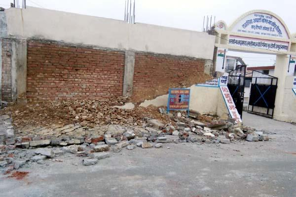 bathu tippri school s wall collapses big accident defers
