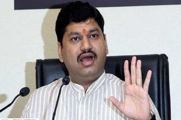 fadnavis is hiding corruption allegations against 16 ministers munde