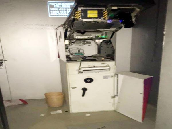 try to break the atm thief run away to saw the police