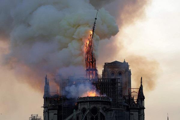 Image result for पेरिस के ऐतिहासिक चर्च में लगी भीषण आग