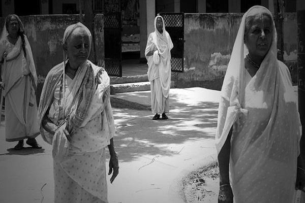 widows of vrindavan  have been forced to beg for  keeping the breath of breath