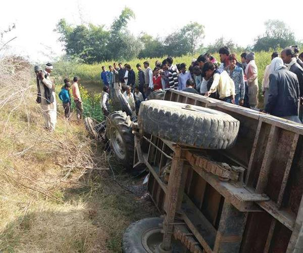 big accident tractor trolley overturns 3 s painful death 12 wounded