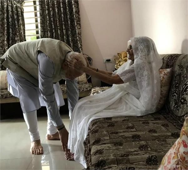 pm modi cast vote with mother s blessings