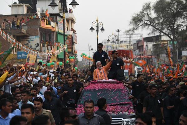 old person gifted shawl to pm modi on road show
