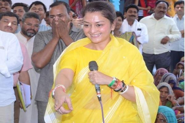 maharani among the public for jyotiraditya scindia campaigned differently
