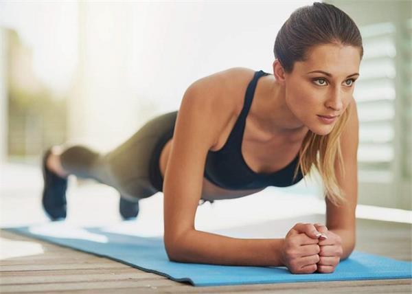 वजन घटाने के लिए बेस्ट है 1 मिनट का Plank, सही पोजिशन में करना जरूरी