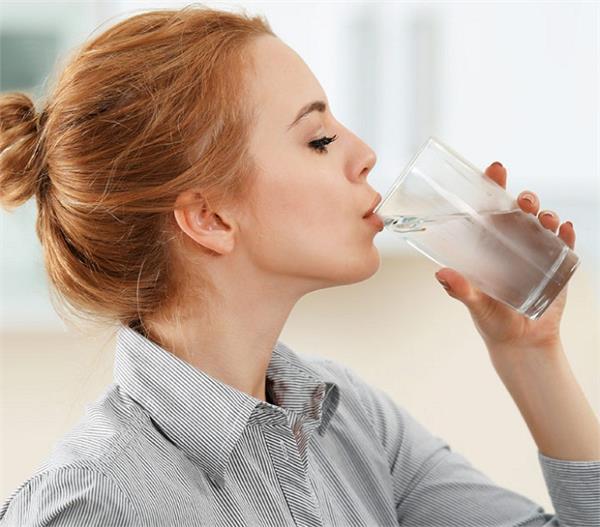 Health Update: ठंडा पानी पीने के 8 बड़े नुकसान, डीहाइड्रेशन के साथ बढ़ता वजन