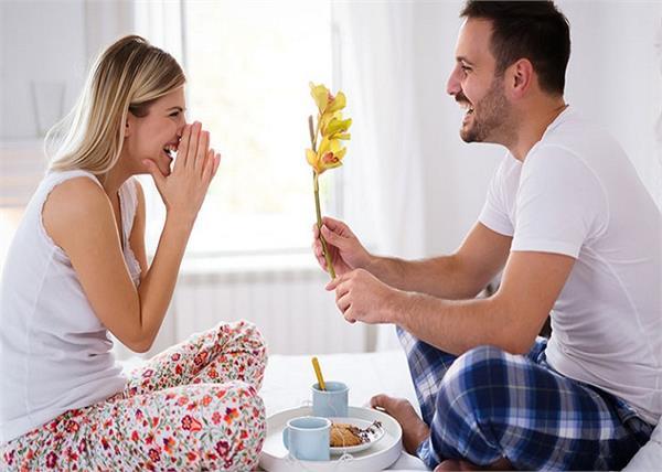 पति-पत्नी के रिश्ते में प्यार बढ़ाएंगी ये छोटे-छोटे बातें