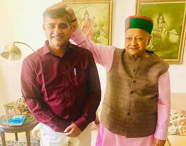 virbhadra blessed kajal before leaving for constituency