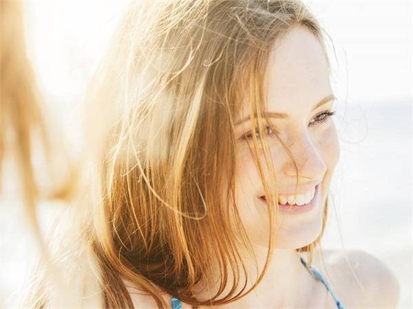 हेयरफॉल ही नहीं, बालों को सफेद भी करती है गर्मी की तेज धूप, यूं रखें बचाव
