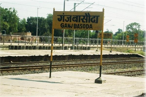 bomb threatens railway station