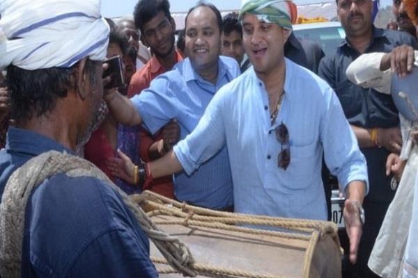 jyotiraditya scindia plays a dhol with members of tribal community