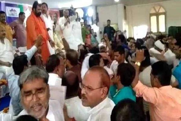 bjp jdu activists fights in the meeting