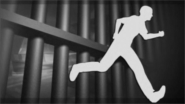 liquor smuggler escapes from gujarat police custody